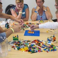 Delenemers aan het bouwen met lego serious play