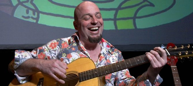 Mondo Leone speelt gitaar
