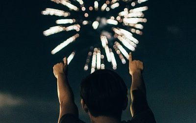 Man wijst vooruit naar vuurwerk